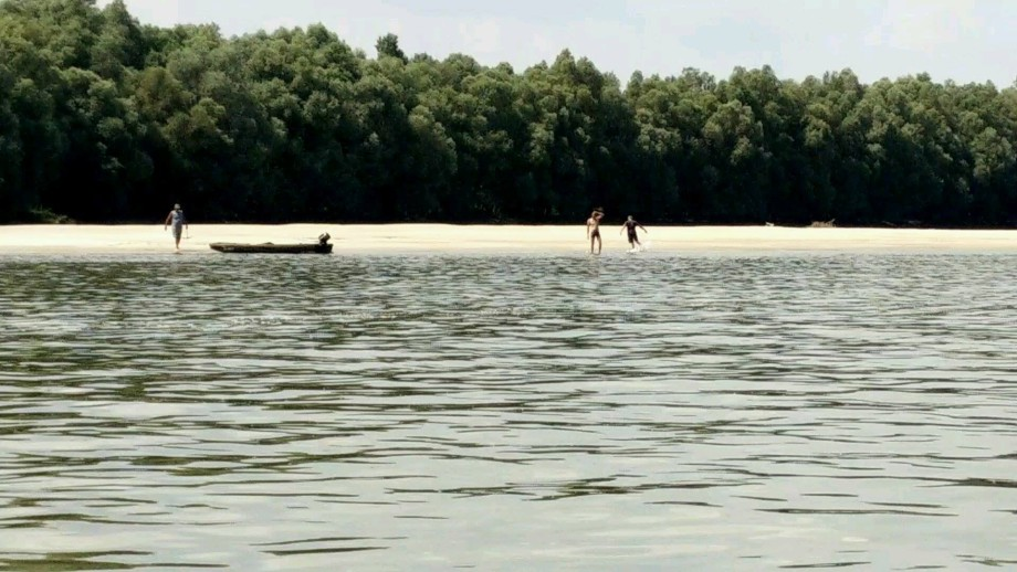3 Croatian civilians swim on the beach the day before 2 Liberlanders are arrested in the same spot.